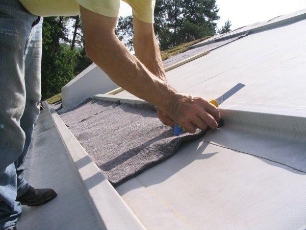 Polaganje filca pri poševnih strehah